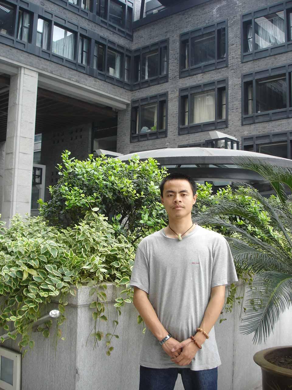 祖籍江西余干县. 景德镇陶瓷学院毕业.2002年主持醉石陶艺工作室