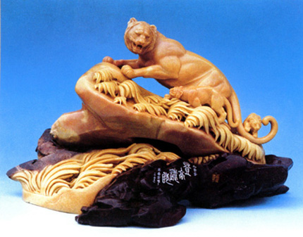 17岁时拜张海正学艺,擅长动物雕刻.