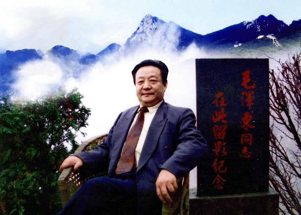 刘建博,诗人,书法家.笔名黑岩,因用左手泼墨,号为左墨、左