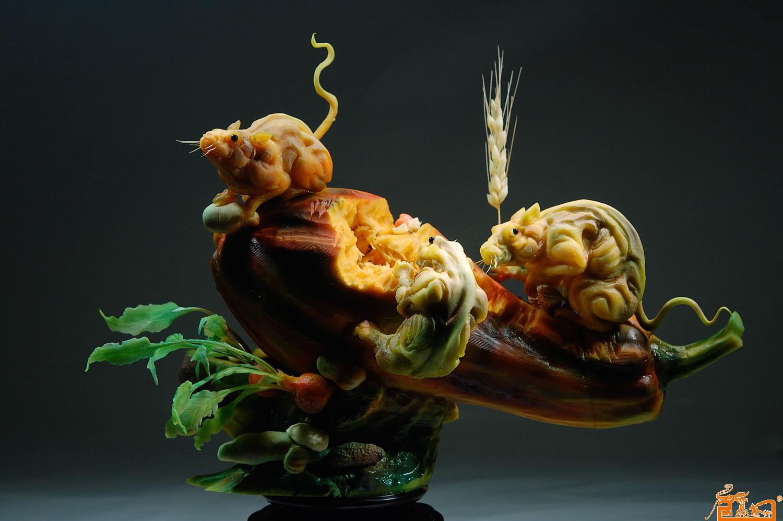 动物雕刻老鼠作品3-作品:《饱餐一顿》  原料:南瓜